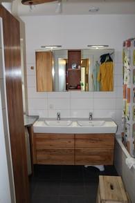 Badezimmer In Birne Massiv. Hänge Unterbauschrank Mit Laden. Großer Schrank  Mit Drehtüren Für Stauraum. Verkleidung Waschmaschine.